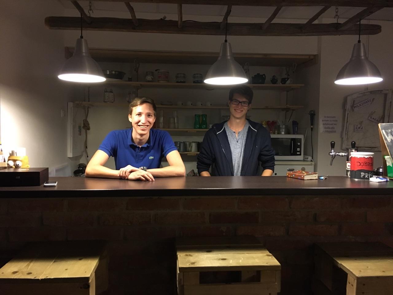 Adrian & Ich hinter der Bar im Club Garaz