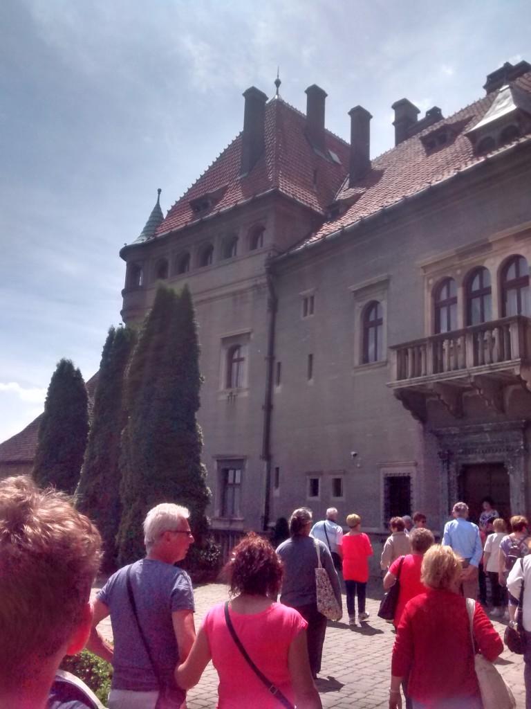Mit der ungarischen Seniorengruppe beim Schloss von Smolenice